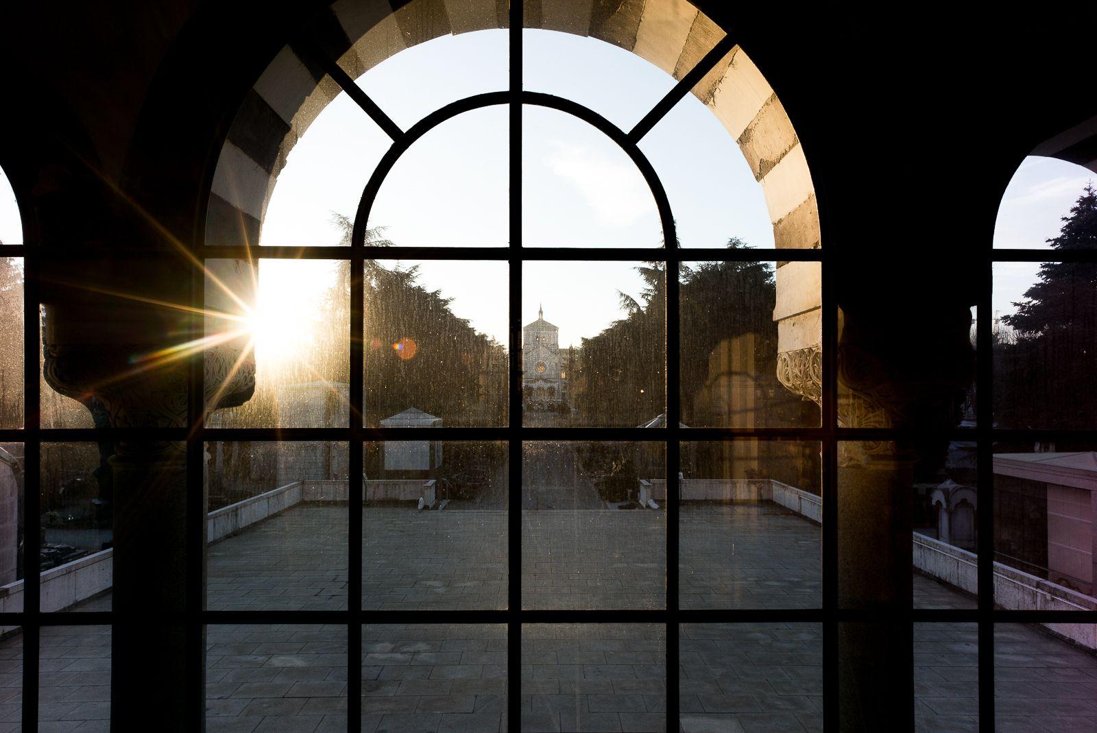 cimitero-monumentale-milano-famedio-vetrata.jpg